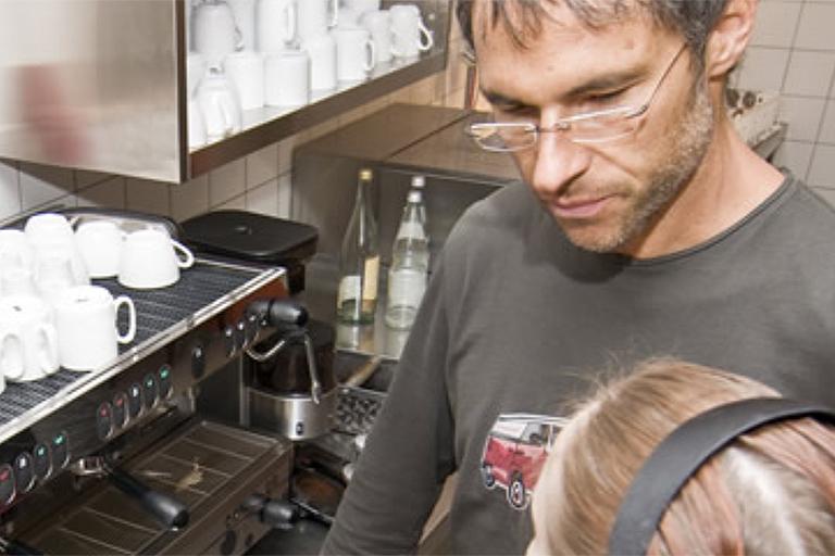 mitarbeiter an der kaffemaschine, cafeteria im pi-zkb, foto: bernhard lang