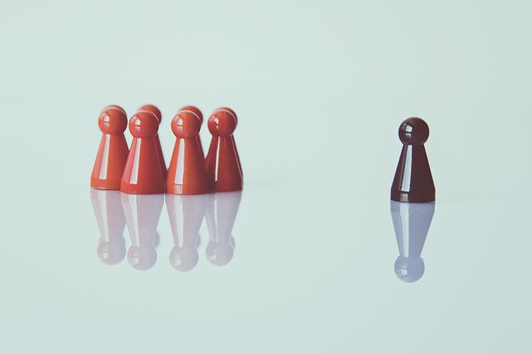 thema inklusion - rote und schwarze halmafiguren, foto: unsplash.com, markus-spiske