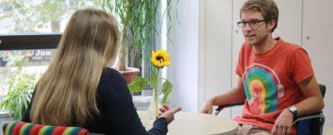 elterngespräch im zentralpsychologischen dienst - frau unterhält sich mit mann, foto: pädagogisches institut