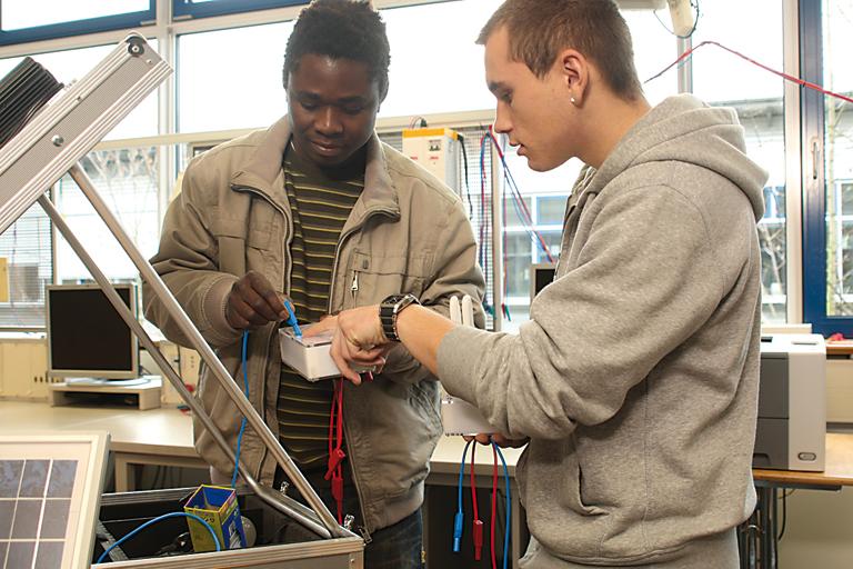 zwei auszubildende im berufsschulprojekt, foto: referat fuer bildung und sport
