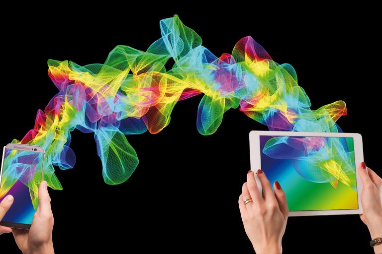 Hände mit Smartphone und Tablet, verbunden mit einem buntem Spiralmuster