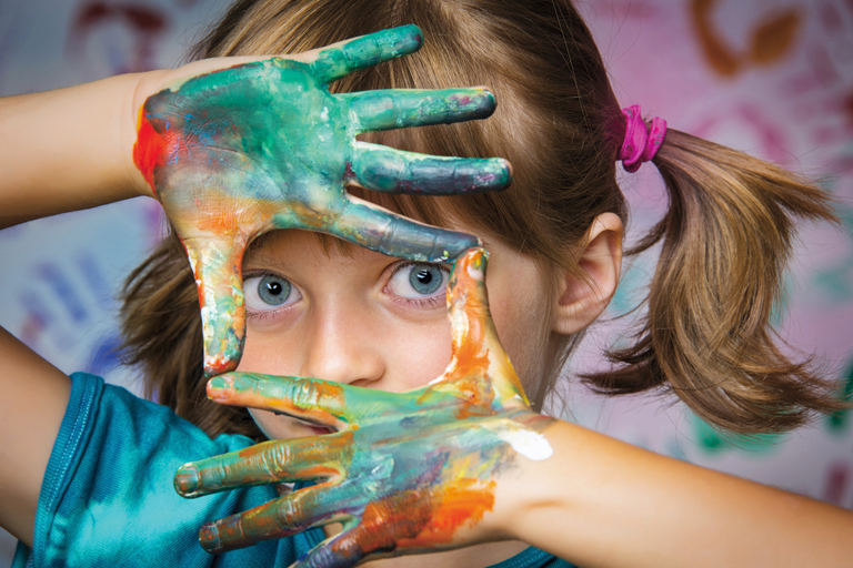 maedchen schaut durch farbhaende, foto: fotolia, vera kuttelvaserova