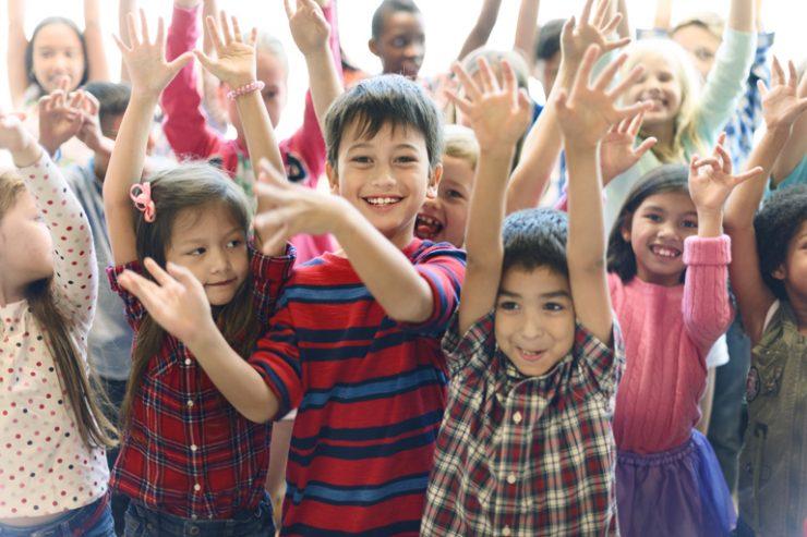 jubelnde kindergruppe, vordergrund jungen, foto: fotolia, rawpixel.com