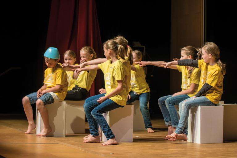 tusch theater muenchen, gruppe der grundschule am dom-pedro-platz spielen die unsichtbaren kinder, foto: karsten kowalk