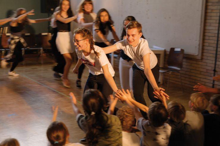 tusch theater münchen, schueler_innen der staedtischen fridtjof-nansen-realschule tanzen und klatschen das publikum ab, foto: severin vogl
