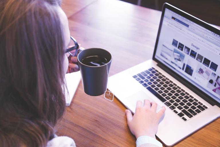 studentin mit kaffeetasse arbeitet am laptop, rueckenansicht, foto: unsplash.com, dai-ke