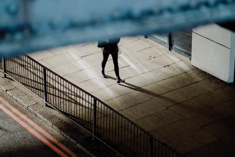 schreitende jugendliche figur tritt unter einer unterfuehrung hervor, foto: unsplash.com, joshua-k-jackson
