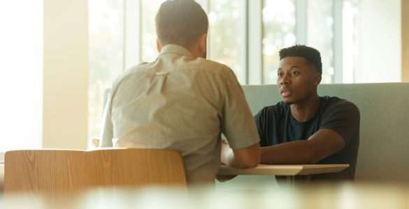 zwei studenten an cafeteriatisch im dialog, foto: unsplash.com, linkedin-sales-navigator