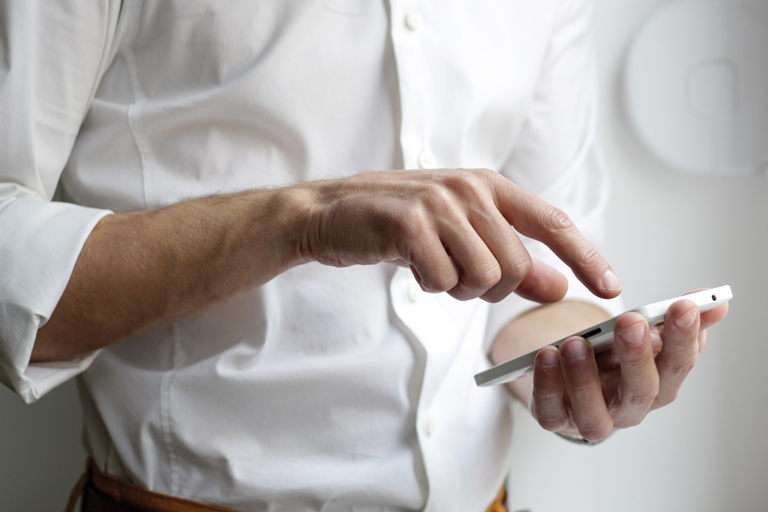maennliche haende bedienen ein smartphone, close-up, foto: unsplash.com, nordwood-themes