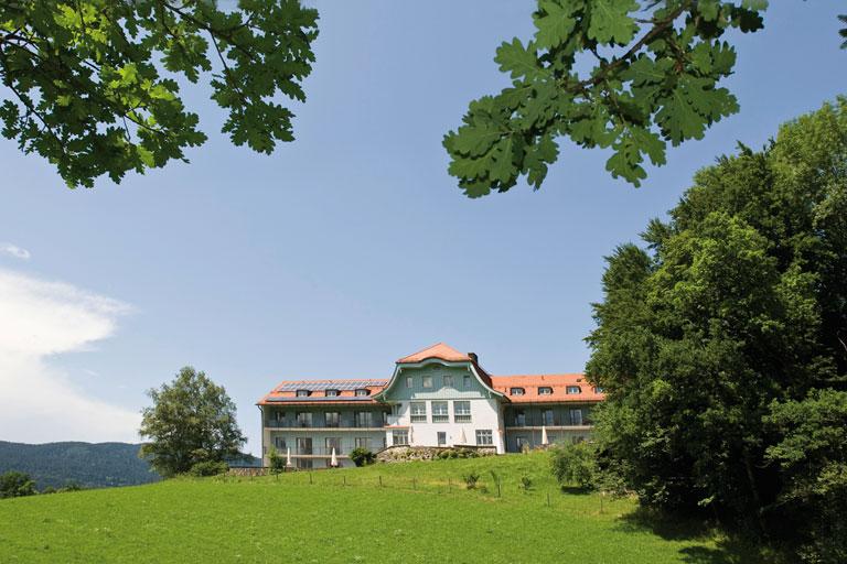 frontsansicht mit baeumen und wiese - bildungshaus achatswies, foto: bernhard lang