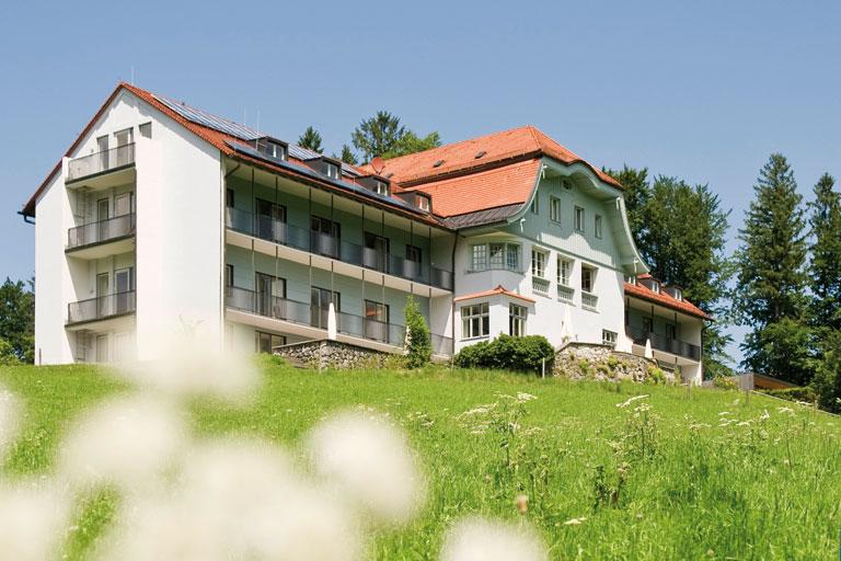 außenansicht mit blumenwiese - bildungshaus achatswies, foto: bernhard lang