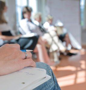 weibliche hand mit skizzenblock - bildungshaus achatswies, foto: bernhard lang
