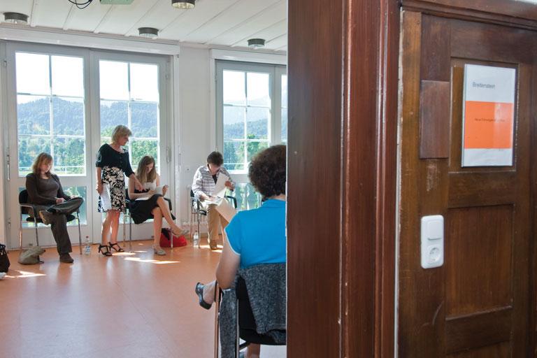 blick durch die tuer in seminarraum - bildungshaus achatswies, foto: bernhard lang