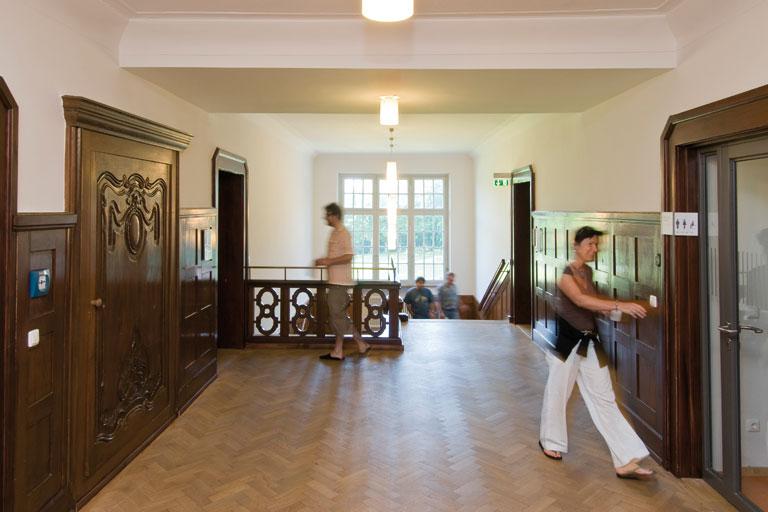 seminargaeste im treppenhaus - bildungshaus achatswies, foto: bernhard lang
