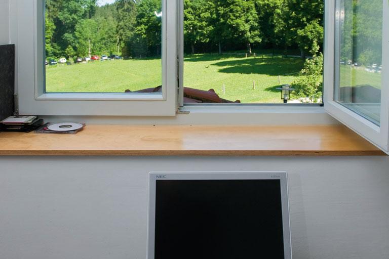 offenes fenster und monitor - bildungshaus achatswies, foto: bernhard lang