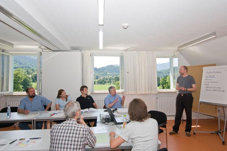 seminarraum mit teilnehmer_innen in achatswies, foto: bernhard lang