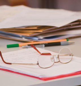 close-up brille, stifte, schreibpapier - seminar in achatswies, foto: bernhard lang