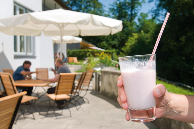 terrasse, hand mit milchshake - bildungshaus achatswies, foto: bernhard lang
