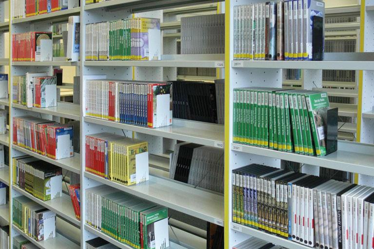 medien im archivregal der bildstelle des paedagogischen instituts, foto: pi-bildstelle