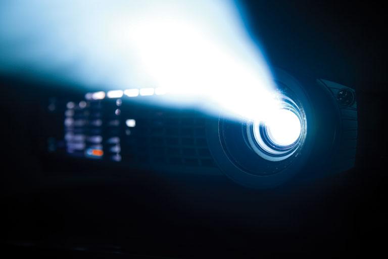 projektor in seitenansicht mit lichtstrahl, foto: istock, maxattenborough