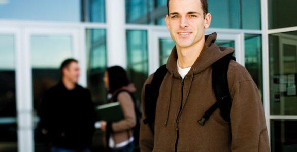 junger mann im vordergrund der schule, foto: istock, richvintage