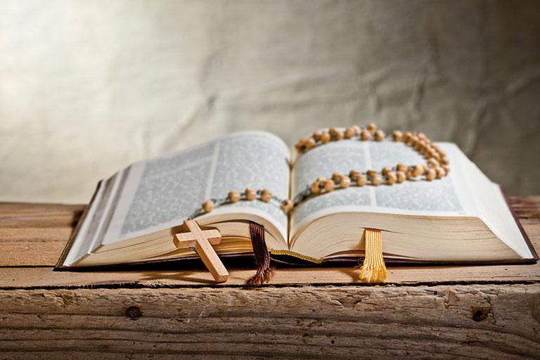 aufgeschlagene bibel mit rosenkranz, foto: fotolia, václav mach