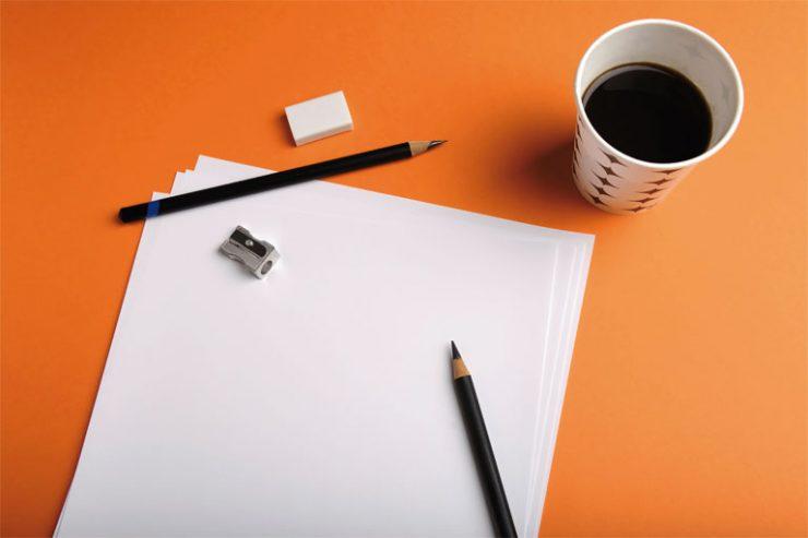 leeres papier, stifte, radiergummi, spitzer, kaffeebecher, foto: istock, rustemgurler