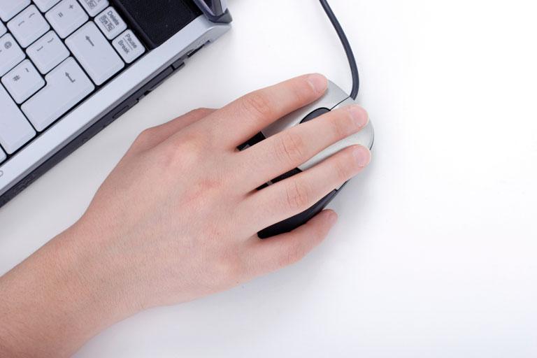 arbeiten am notebook mit maus und tastatur im anschnitt, foto: istock, bsilvia