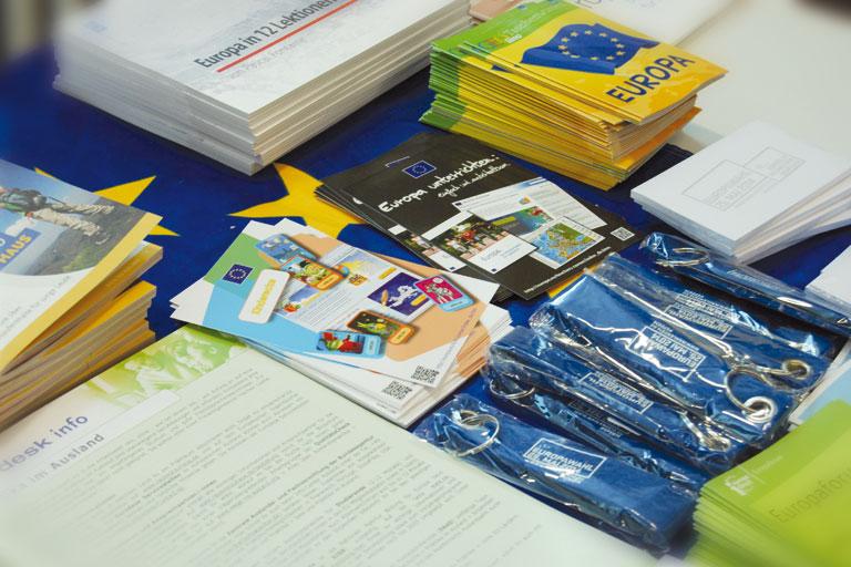europatag 2014, prospektmaterial liegt auf dem tisch aus, foto: paedagogisches institut