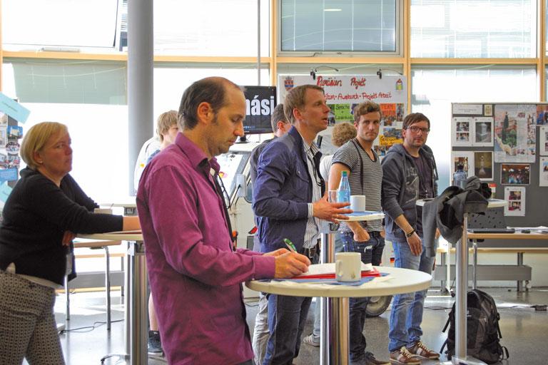 europatag 2014, teilnehmer_innen bei der pause an stehtischen, foto: paedagogisches institut