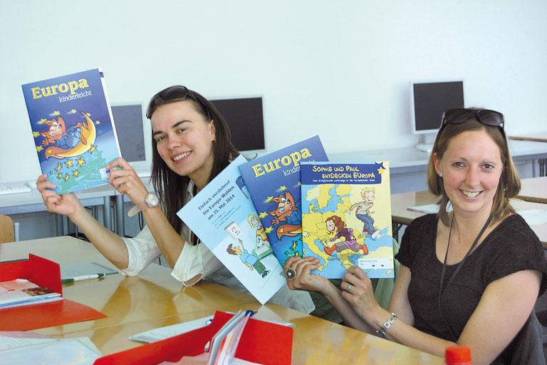europatag 2014, zwei lehrerinnen mit europabroschueren, foto: paedagogisches institut