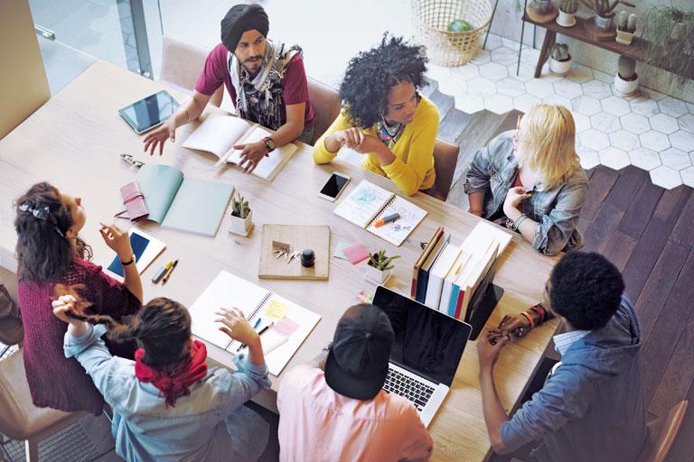 multikulturelle arbeitsgruppe am tisch, von oben, foto: fotolia, rawpixel.com