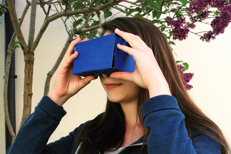 maedchen schaut in blaue kartonbox