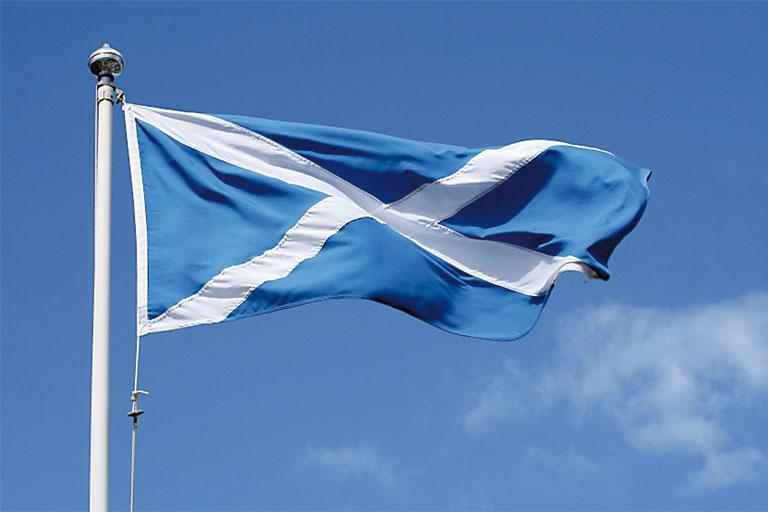 schottische fahne vor blauem himmel, foto: istock, lanceb