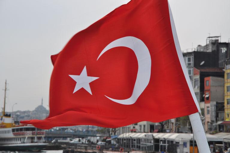 internationaler austausch, tuerkische flagge auf einem boot in istanbul, foto: paedagogisches institut