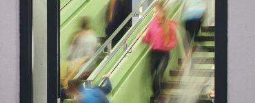 thema krisenintervention an schulen - treppenhaus in der schule mit bewegungsunschaerfe, foto: referat fuer bildung und sport