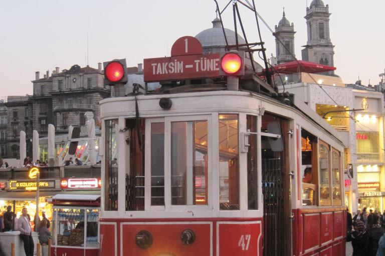 internationaler austausch, strassenbahn in istanbul, foto: paedagogisches institut