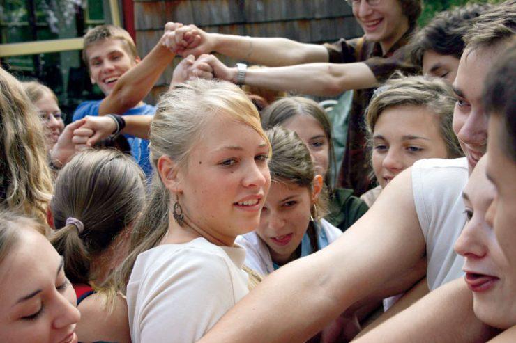 internationales ferienprogramm - schuelerinnen und schueler reichen sich die haende, foto: paedagogisches institut