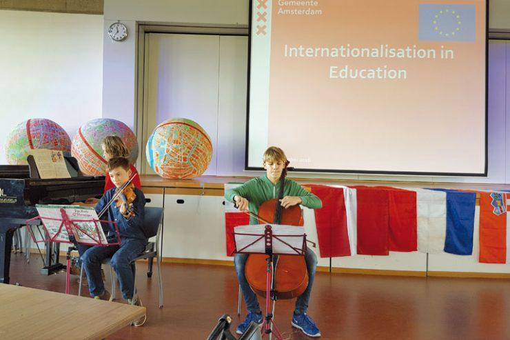 internationaler austausch, musizierende Schueler, foto: paedagogisches institut