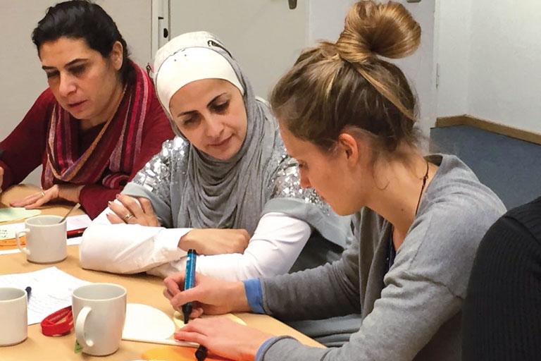 jordanienaustausch - drei frauen im gespraech, foto: paedagogisches institut