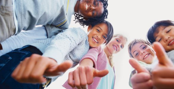lachende kinder international, mit daumen hoch im kreis, foto: istock, globalstock