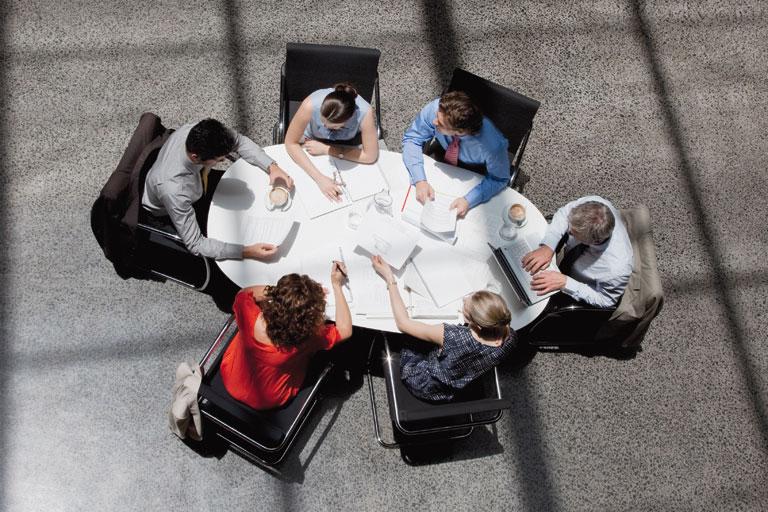 diskussionsrunde am konferenztisch, foto: istock, tom merton