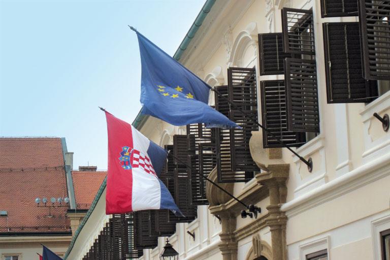 kroatische und europaeische flagge haengen aus dem fenster, foto: paedagogisches institut