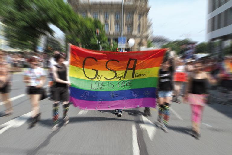 gsa demo, teilnehmer_innen tragen regebogenbanner, foto: paedagogisches institut