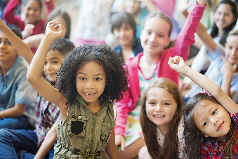 jubelnde kindergruppe, vordergrund maedchen, foto: fotolia, rawpixel.com