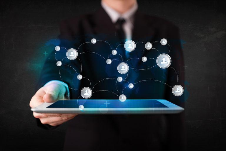 tablet-pc mit virtueller grafik mit einer hand gehalten, foto: fotolia, ra2 studio