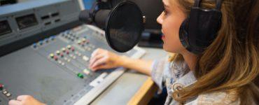 radiomoderatorin im studio, foto: fotolia, wavebreakmediamicro