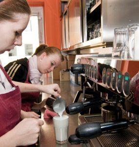 mitarbeiterinnen an der kaffeemaschine, cafeteria des pi-zkb, foto: bernhard lang