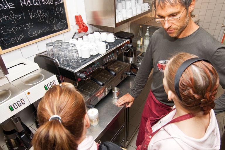 mitarbeiter_innen an der kaffeemaschine, cafeteria des pi-zkb, foto: bernhard lang