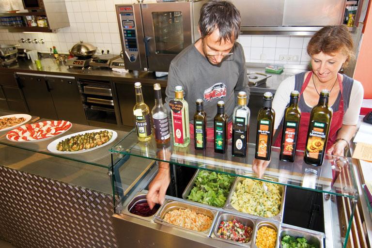 mitarbeiter und mitarbeiterin am buffet der cafeteria des pi-zkb, foto: bernhard lang